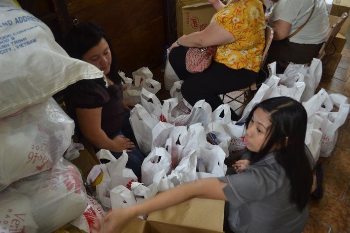 Caritas Schweiz erhöht ihren Nothilfebeitrag auf 2 Millionen Franken  Zeltplanen und Nothilfesets für 45 000 Menschen