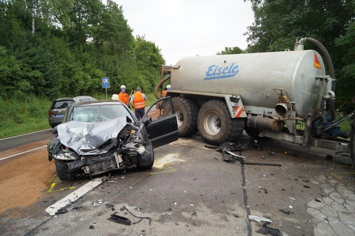 POL-FR: Bonndorf: Schwerer Verkehrsunfall auf der  B 315 - Auto fährt mit hoher Wucht in landwirtschaftliches Gespann - Zeugen gesucht
