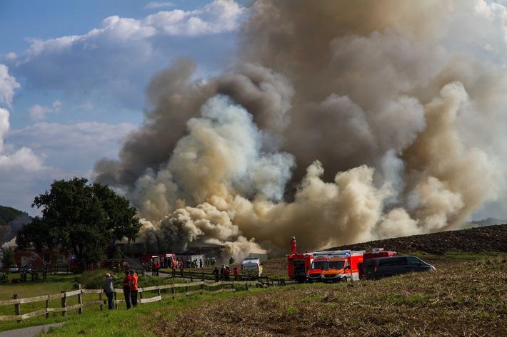 Eine weithin sichtbare Rauchwolke lässt das Ausmaß des vernichtenden Feuers erkennen.