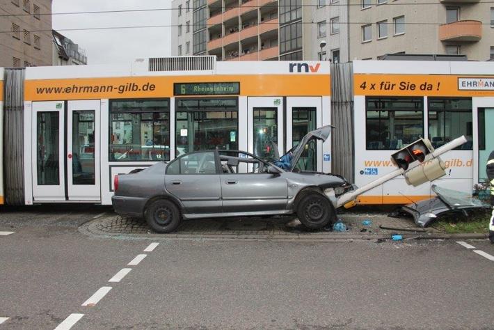 POL-PPRP: Schwerer Verkehrsunfall an der Kreuzung Saarlandstraße / Pestalozzistraße / Rottstraße