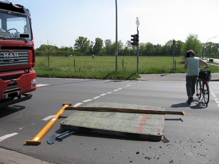 POL-SE: Rellingen - Glück im Unglück - LKW verliert Metallplatte