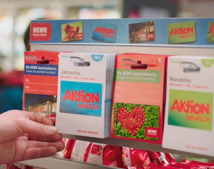 REWE und die Aktion Mensch starten Partnerschaft / Erstmals in Deutschland gibt es Losgutscheine im Supermarkt