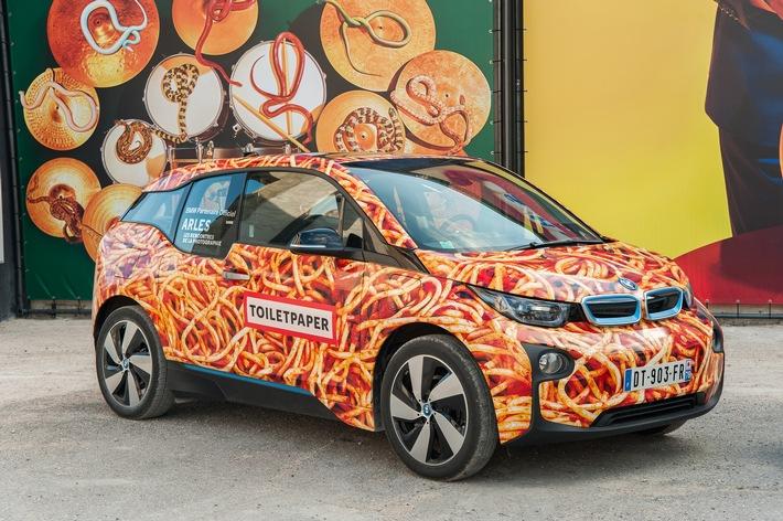 """Maurizio Cattelan gestaltet kein BMW Art Car noch schafft er """"Kunst"""": Weltpremiere seines BMW i3 in Arles"""