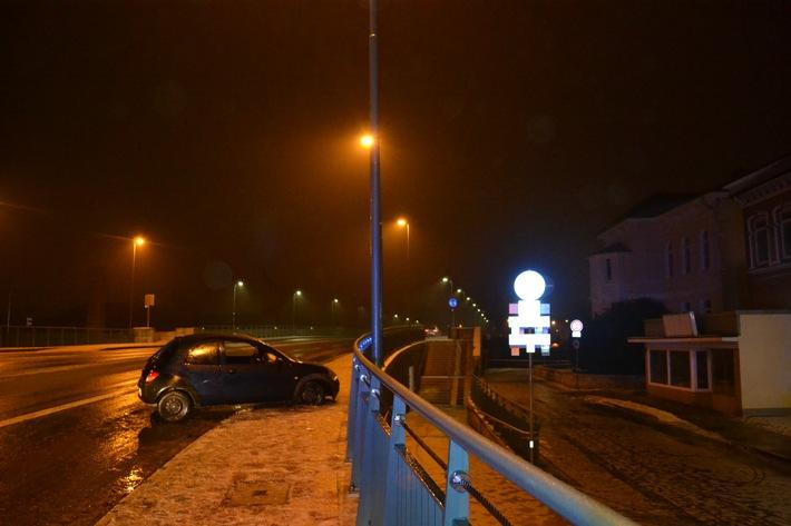 POL-HM: Verkehrsunfall auf Münsterbrücke - Wer hat den PKW geführt ? Polizei sucht Zeugen