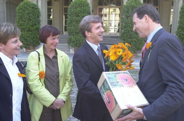 Petition zur Erhaltung der Heilmittel-Vielfalt mit 287'826 Unterschriften überreicht