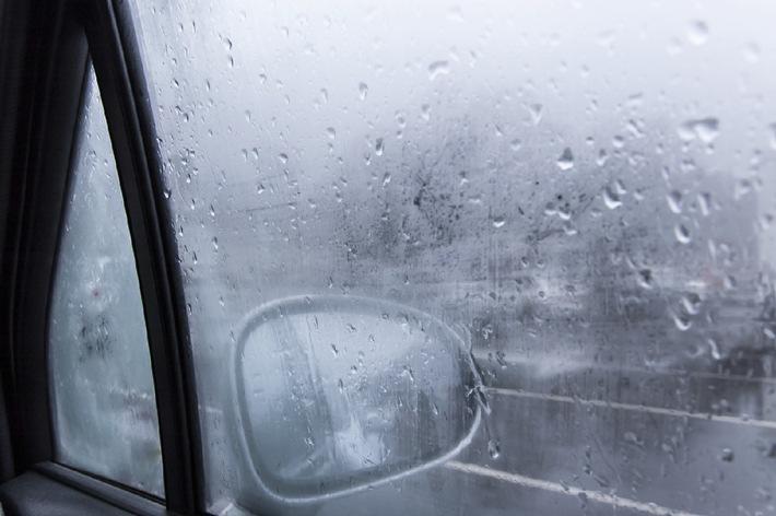 Klare Sicht trotz nasskalten Winterwetters: Vier Tipps gegen beschlagene Autoscheiben
