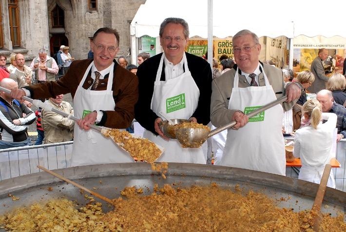 """Bundesweit erleben Zehntausende das """"Größte Bauernfrühstück der Welt"""" - Fördergemeinschaft informiert über nachhaltige Landwirtschaft"""