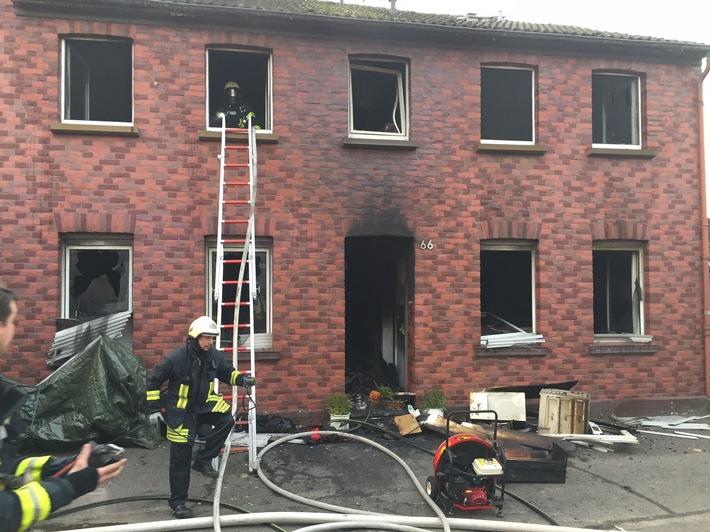 FW-MG: Eine verletzte Person nach Brand in einem Einfamilienhaus