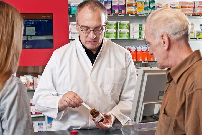 Ältere Menschen sollten sich Medikamentenanwendung in Apotheke demonstrieren lassen