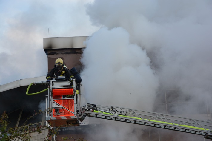 FW-MH: Feuer mit starker Rauchentwicklung im Stellwerk Mülheim-Styrum