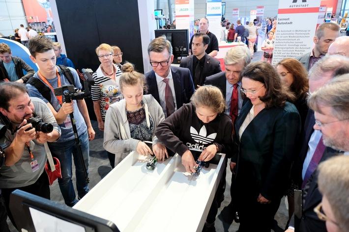 Bundesministerin Andrea Nahles besucht Stand der Autostadt auf der IdeenExpo 2017