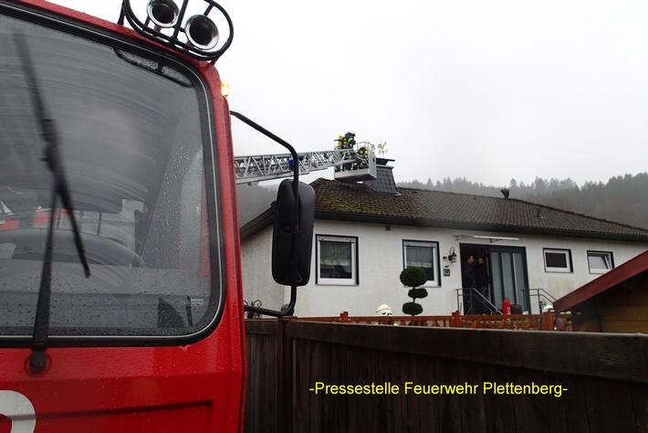 FW-PL: Bäume auf der Straße, Schornsteinbrand, Ölspur, Brandmeldealarm