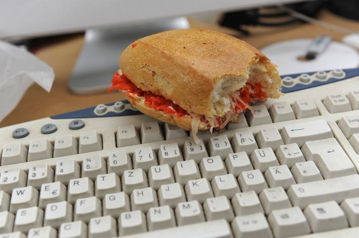 Tipps für den Alltag: Kleiner Knigge für den Arbeitsplatz / Essen und Radiohören sind nicht automatisch gestattet - Chef entscheidet (mit Bild)