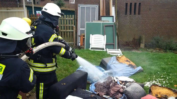 FW-KLE: Zimmerbrand. Junges Paar mit Rauchgasintoxikation.