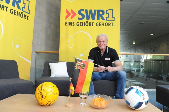 Hans-Peter Briegel mit SWR1 zu Gast in Einselthum / FCK-Legende besucht Fußballfan zum ersten Deutschland-Spiel am 12. Juni