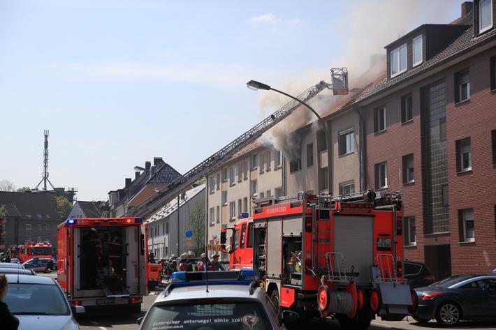 FW-E: Wohnungsbrand in Wohn- und Geschäftshaus, vier Personen durch Rauch verletzt
