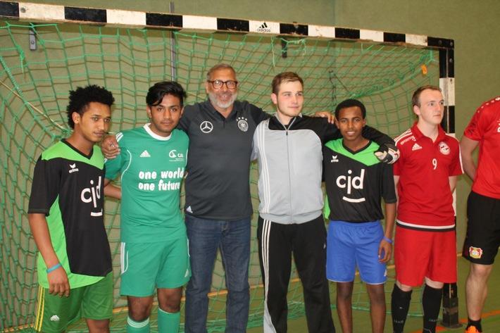 Zum internationalen Fußballturnier kommen junge Flüchtlinge und Jimmy Hartwig