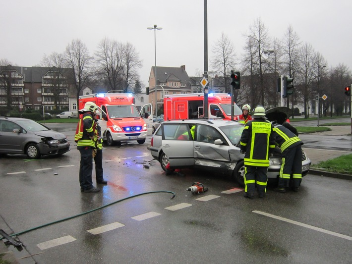 FW-GE: Verkehrsunfall in Gelsenkirchen Buer mit drei verletzten Personen -