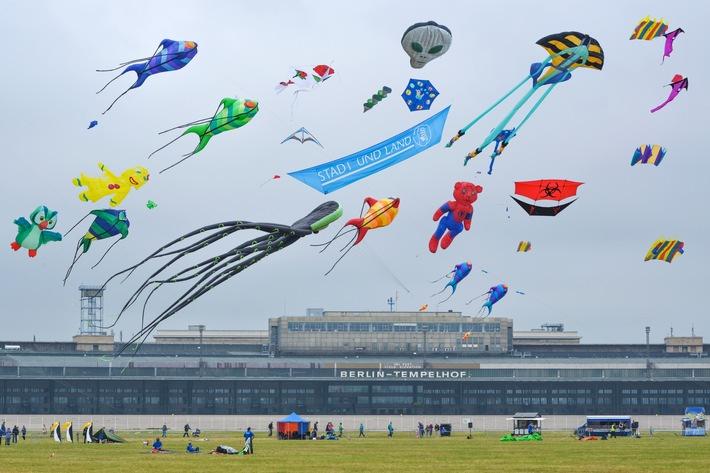 STADT UND LAND - Festival der RIESENDRACHEN auf dem Tempelhofer Feld am 19. September 2015 - mehrere zehntausend Besucher erwartet