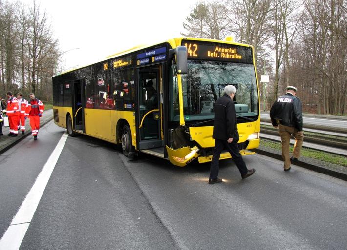 FW-E: Spurbus aus der Spur gesprungen, drei Personen verletzt