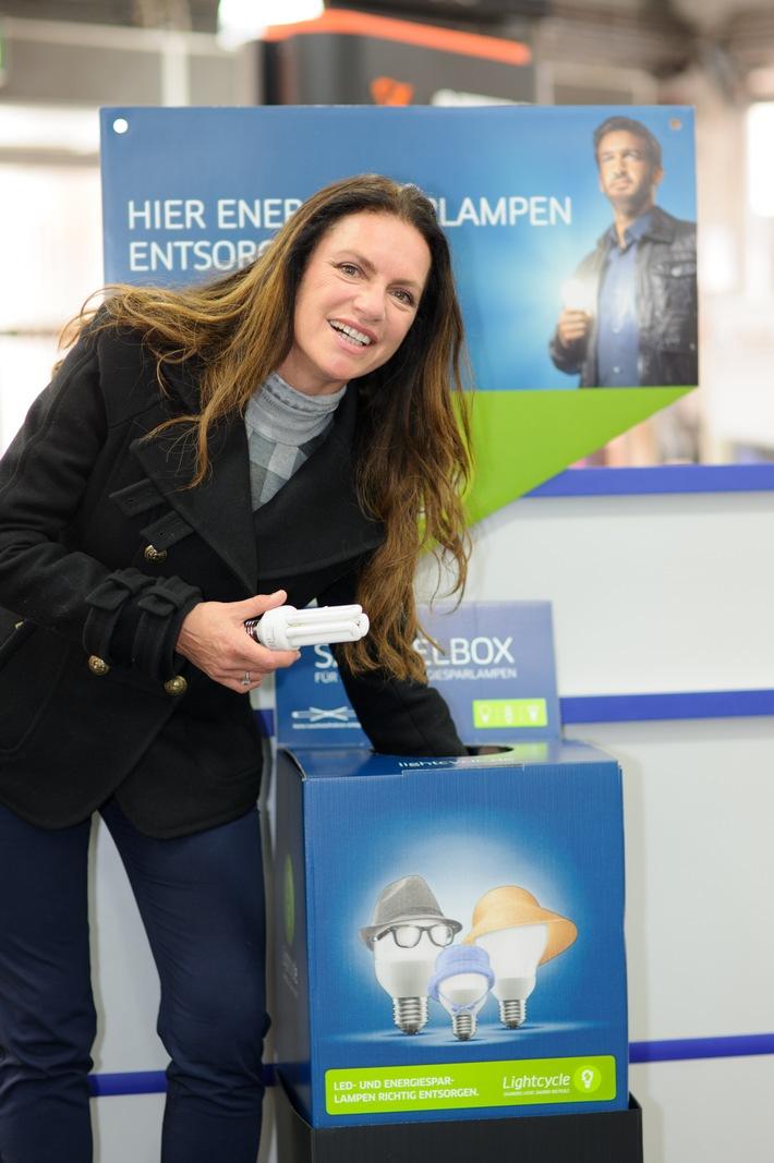 Christine Neubauer weiß Bescheid: Ausgediente Lampen gehören nicht in den Hausmüll