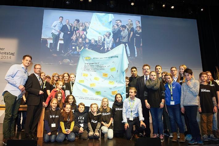 """""""#IamFair"""" - Zukunftsmacher nominieren Andreas Bourani für FairTrade-Challenge / 4. KiKA Kinder-Nachhaltigkeitstag: 30 Kinder fordern mehr Fairness von der Kleidungsindustrie"""