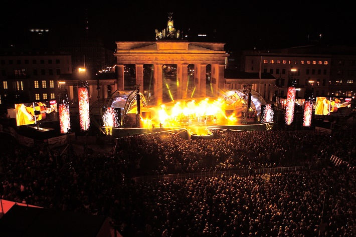 Eine Millionen Besucher feiern am Brandenburger Tor beim Festival der Einheit den 25. Geburtstag des wiedervereinten Deutschlands