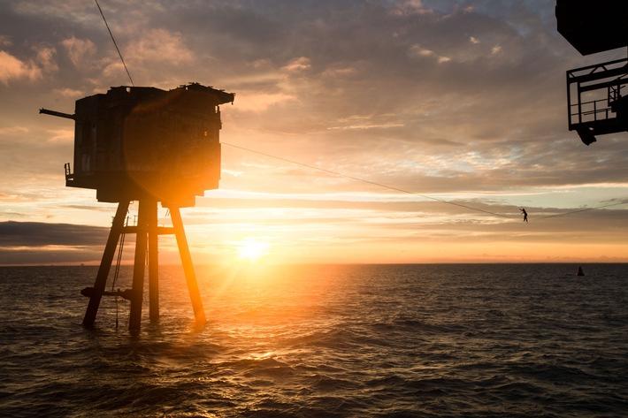Balanceakt auf offenem Meer: UHD1 by HD+ präsentiert packende Slackline-Reportage auf den Maunsell Forts