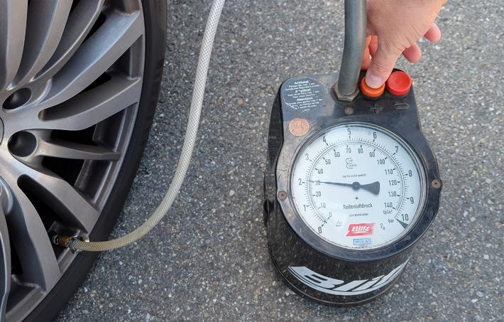 Auf dem Plattfuß unterwegs / DEKRA Umfrage: Autofahrer prüfen zu selten den Reifendruck