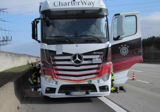 POL-F: 160216 - 146 Bundesautobahn 3: Verkehrsunfallflucht mit LKW - Zeugen gesucht! (FOTO)