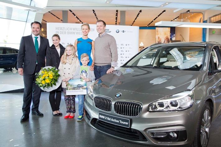 Eine Welt mit 15.000.000 Besuchern / BMW Welt und BMW Markenbotschafterin Karolína Kurková überraschen Jubiläumsbesucher
