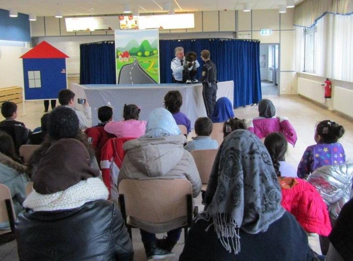 POL-PPWP: Premiere für Polizeipuppenbühne  Theaterstück erstmals vor Zuwanderer-Kindern aufgeführt