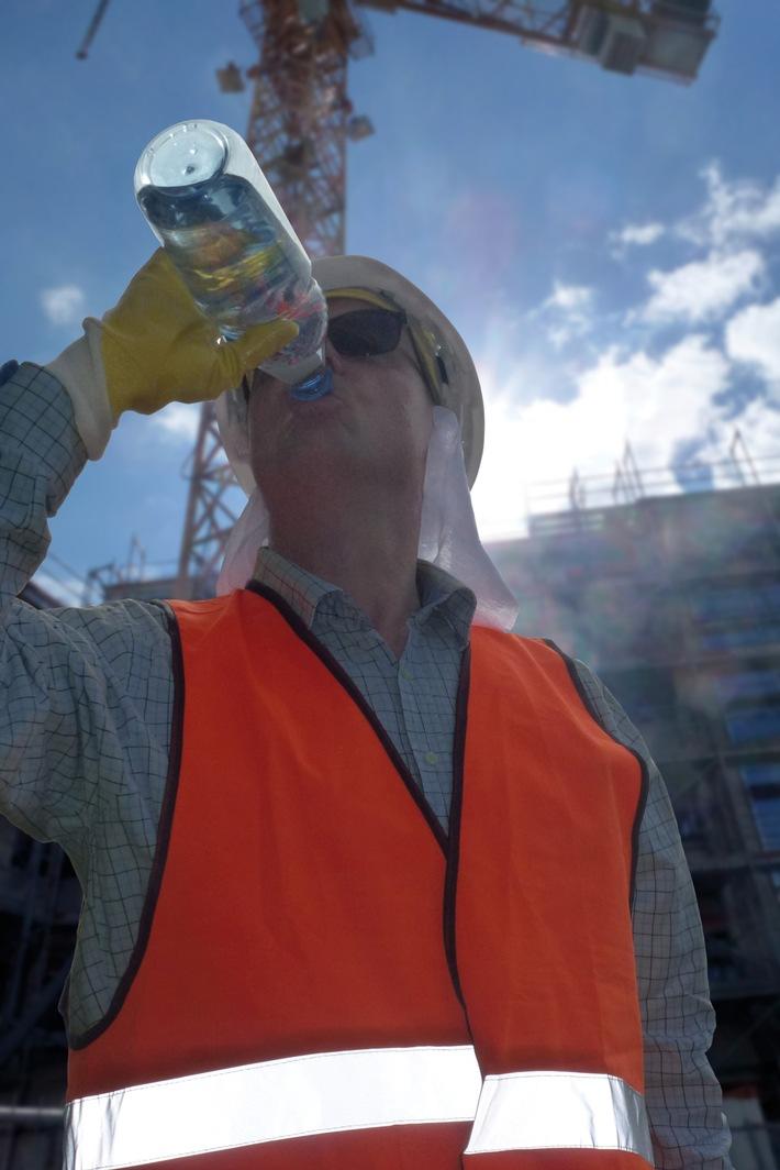 BG BAU warnt - Bei ungeschützter Arbeit unter der Sonne droht Hautkrebs