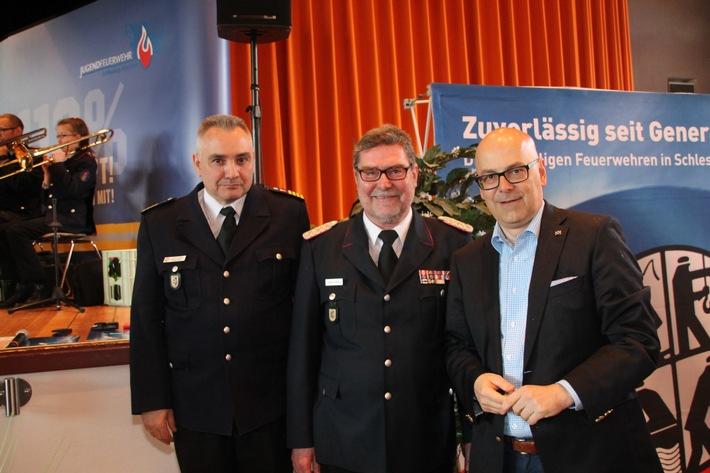 Ministerpräsident Torsten Albig mit Landesbrandmeister Detlef Radtke (Mitte) und dessen Stellevertreter Dr. Ralf Kirchhoff. Foto: Bauer/LFVSH