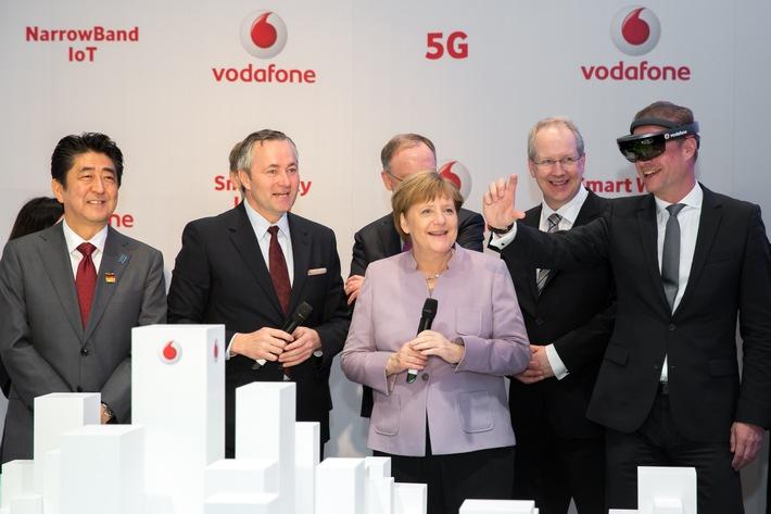 Virtuelle Stadtführung: Bundeskanzlerin Dr. Angela Merkel blickt mit Vodafone CEO Hannes Ametsreiter in die GigaCity der Zukunft