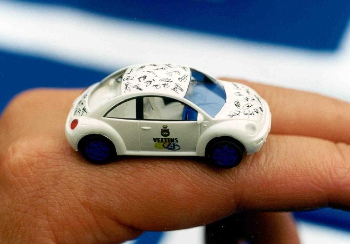 Pokalsieger verewigen sich auf Miniatur-New Beetle / Alle Schalke-Autogramme auf nur drei Zentimetern