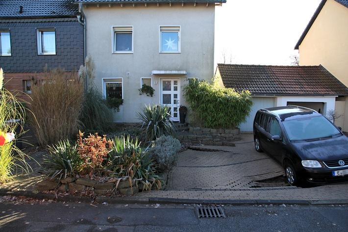 FW-E: Tagesbruch in Essen-Heisingen, Mini-Van sackt mit der Vorderachse ein, Vorgarten sackt ebenfalls ab