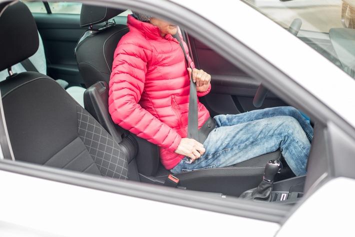 Daunen- und Skijacken im Auto sind gefährlich