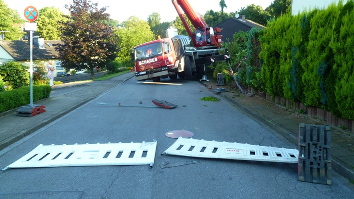 FW-Heiligenhaus: Tonnenschwerer Kran rollt Straße hinab (Meldung 17/2016