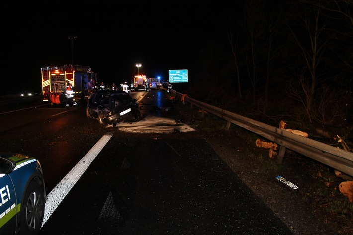 POL-D: Willich - A 44 - Reifenpanne wird alkoholisiertem Audi-Fahrer zum Verhängnis - Drei Schwerverletzte