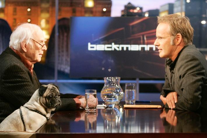 """Humorist Loriot zeigt bei """"Beckmann"""" bisher verschollen geglaubte Werke und blickt 2 Wochen vor seinem 84. Geburtstag auf seine Karriere zurück / Loriots Mops Emil ist auch dabei"""