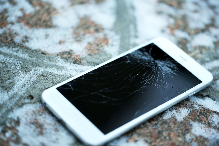 Smartphone: Gut geschützt im Schneegestöber / Versicherungsdienstleister assona blickt ins Geräteinnere und verrät Tipps gegen Kälte- und Feuchtigkeitsschäden im Winter