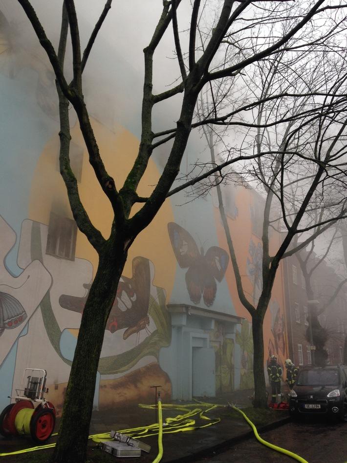 FW-GE: Feuer in altem Bunker in Bulmke Hüllen sorgt für Gro�einsatz der Feuerwehr Gelsenkirchen /Dichter Rauch rund um den alten Bunker an der Emmastra�e.