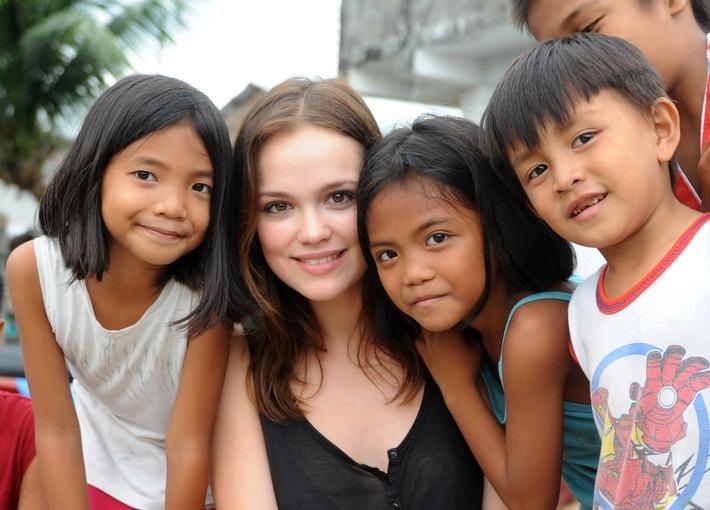 """Emilia Schüle: """"Zeit, über unsere Grenzen hinauszuschauen"""" /  Schauspielerin setzt sich als Botschafterin von Plan International für Mädchen in Krisengebieten ein"""