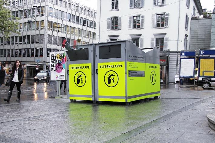 Der Eltern Club Schweiz von Pro Juventute startet landesweite Sensibilisierungs-Kampagne zum Thema Pubertät - erste 'Elternklappe' der Schweiz aufgestellt (BIlD)