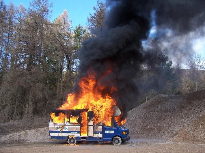 DEKRA Brandversuch mit Reisemobil / Lebensretter Rauchmelder: Nur 1-3 Minuten Zeit zum Löschen