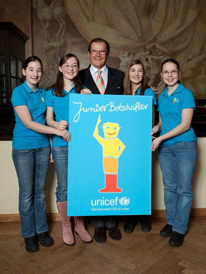 """Roger Moore spornt an zur """"Mission Kinderrechte"""" / Endspurt für den  UNICEF-JuniorBotschafter-Wettbewerb 2010 (mit Bild)"""
