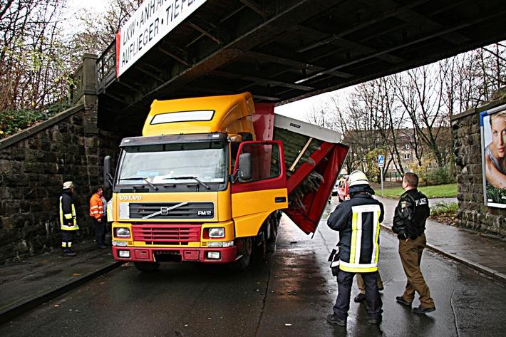 FW-E: Sattelzug mit Weihnachtsbäumen unter Brücke festgefahren