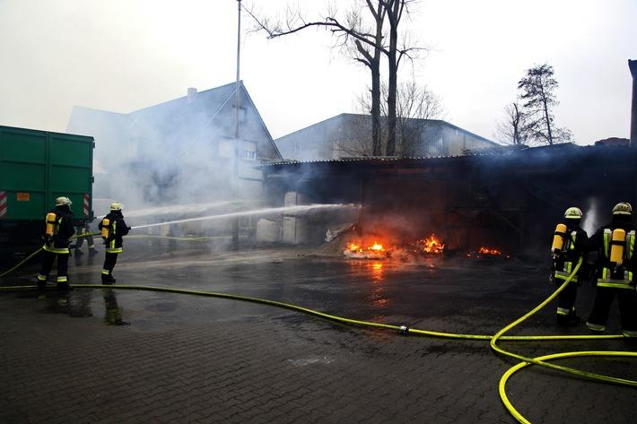 FW-E: Feuer in Essener Hafenmühle, brennt gelagertes Aluminiumgranulat