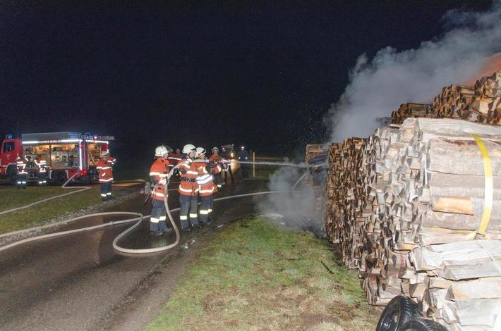 FW-CW: Stapel mit Brennholz hat an Feldhütte gebrannt